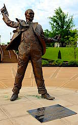 Statue of James Beauregard alias Jim Beam  uploaded by Ben, 17. Jun 2015