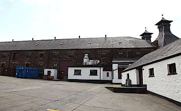 Bushmills inner courtyard uploaded by Ben, 12. May 2015