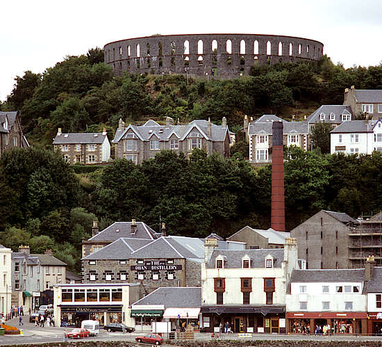 A far view on the Oban distillery.