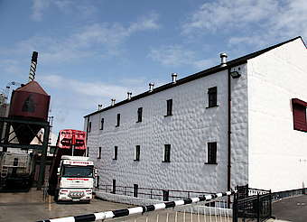Bushmills truck unloading uploaded by Ben, 12. May 2015