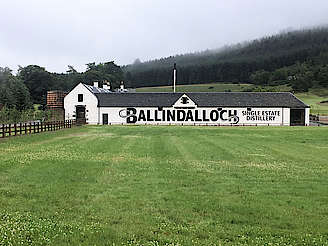 Ballindalloch distillery from the A95 road uploaded by Invergargle, 29. Aug 2017
